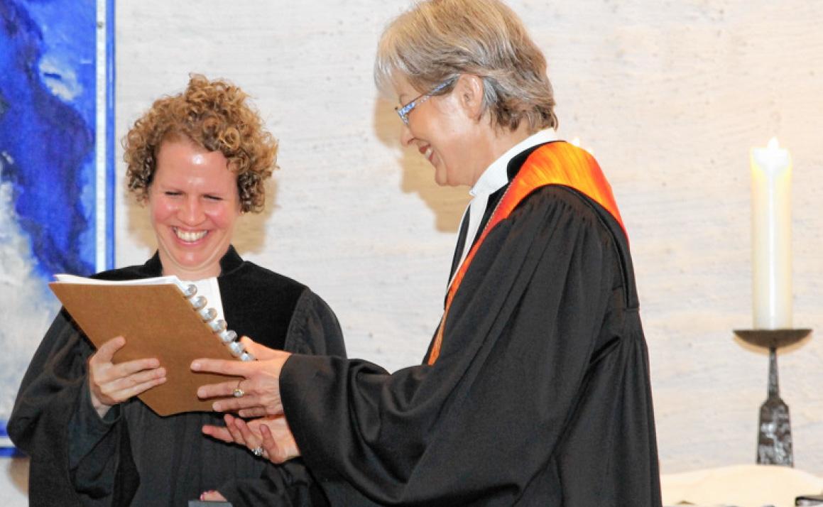 Pfarrerin Judith Böttcher und Dekanin Hanna Wirth im Einführungsgottesdienst