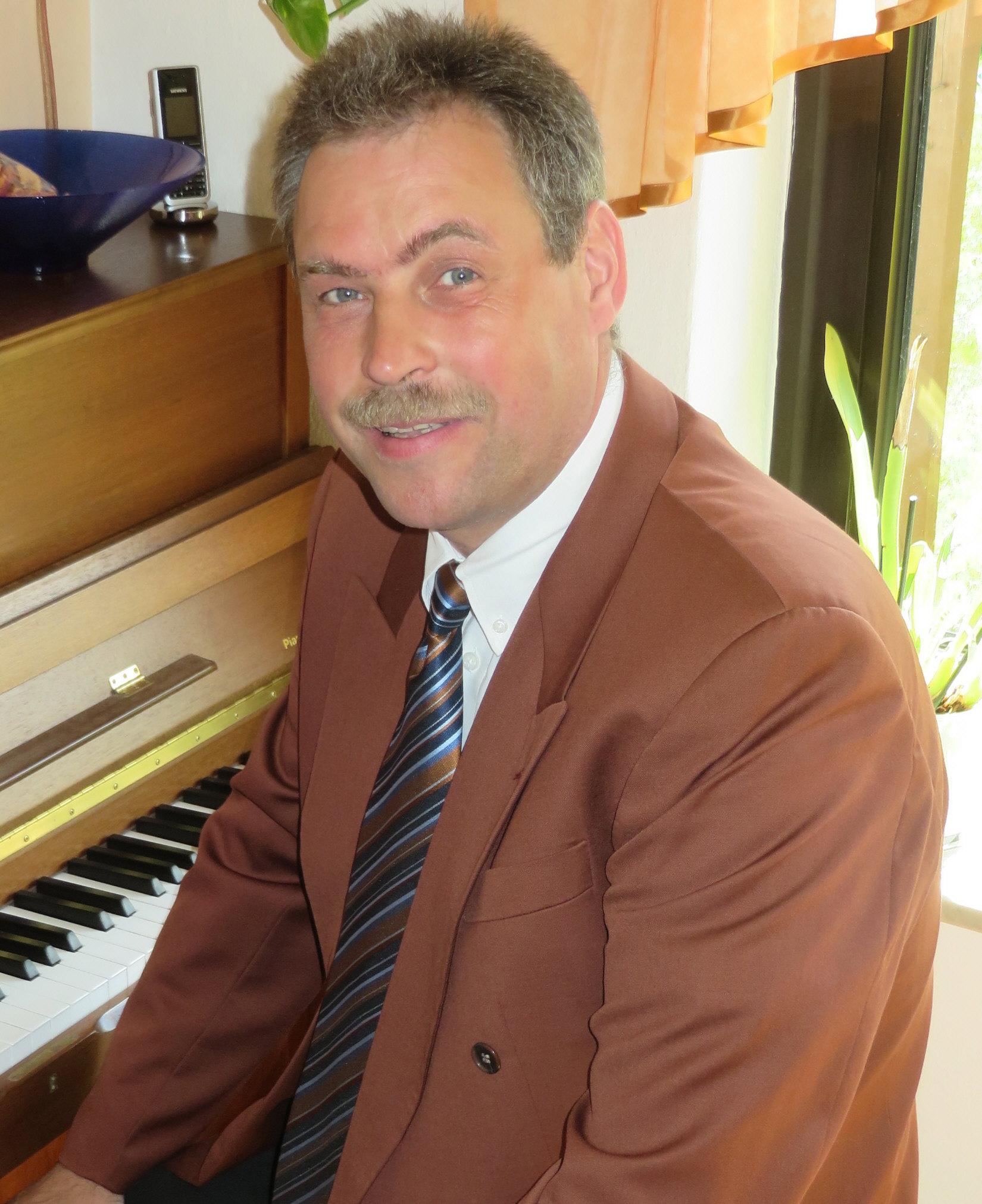 Porträtbild Dekanatskantor Kirchenmusikdirektor Andreas Hellfritsch