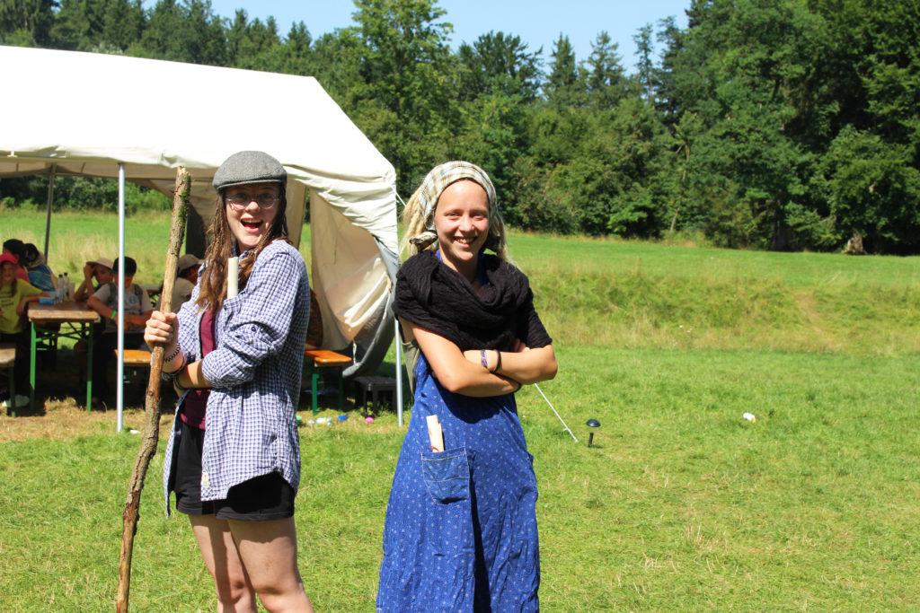Zwei Jugendliche auf dem Kinderzeltlager